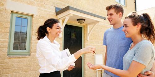 affittare casa a tenerife coppia che riceve le chiavi di casa