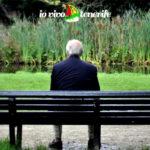 orologio della vita anziano su panchina