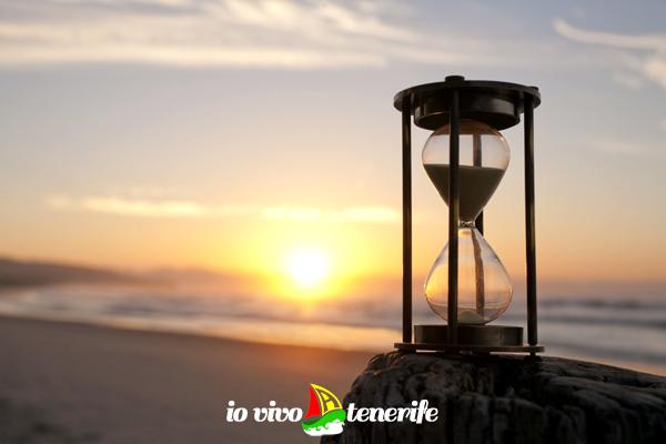 orologio della vita clessidra in spiaggia