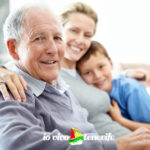 pensionati nonno con figlia e nipote