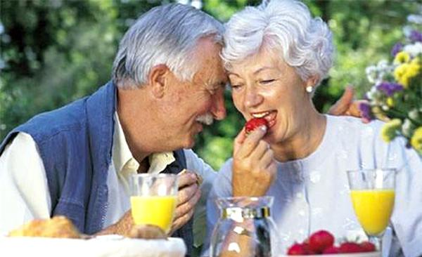 pensionati felici che fanno colazione