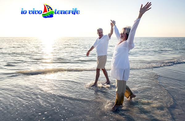 pensionati a tenerife felici sulla spiaggia