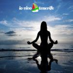 downshifting donna che medita in spiaggia