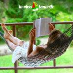 downshifting donna che legge sull'amaca