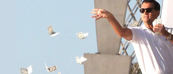 downshifting leonardo di caprio in wallstreat che getta soldi