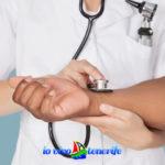 sanità a tenerife medico che sente il polso