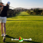 golf tenerife donna che tira la pallina