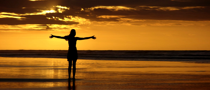 libertà coppie donna libera sulla spiaggia
